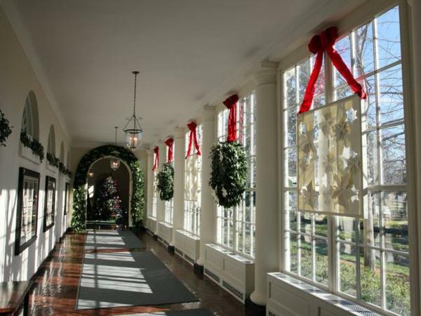 fensterdeko-zu-weihnachten-im-langen-korridor