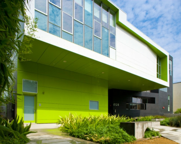 fluoreszierende-farbe-fassade-gelb-grün-gebäude-mit-origineller-fassade