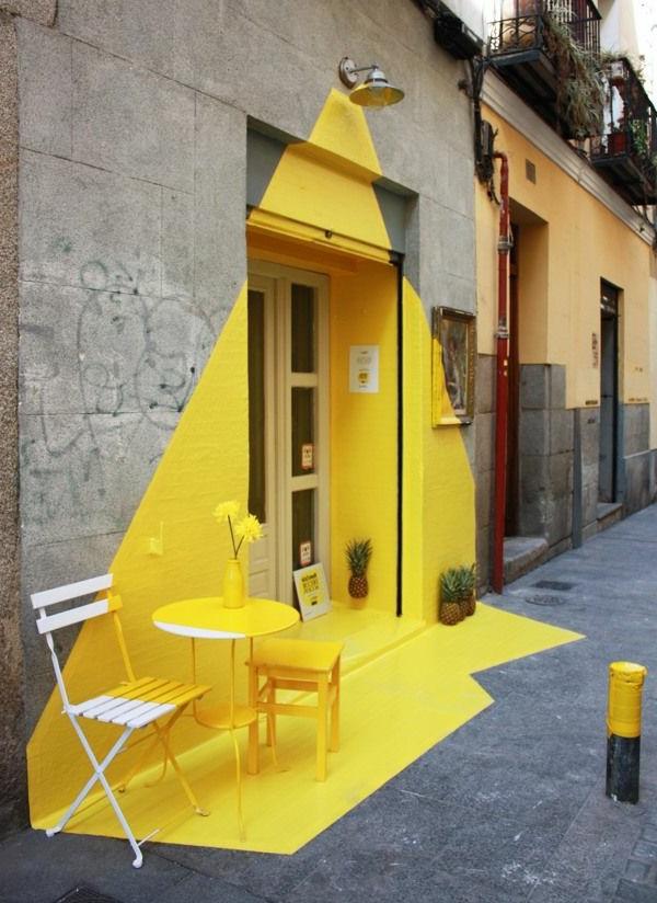 fluoreszierende-farbe-gelb-gestreichte-eingangstür