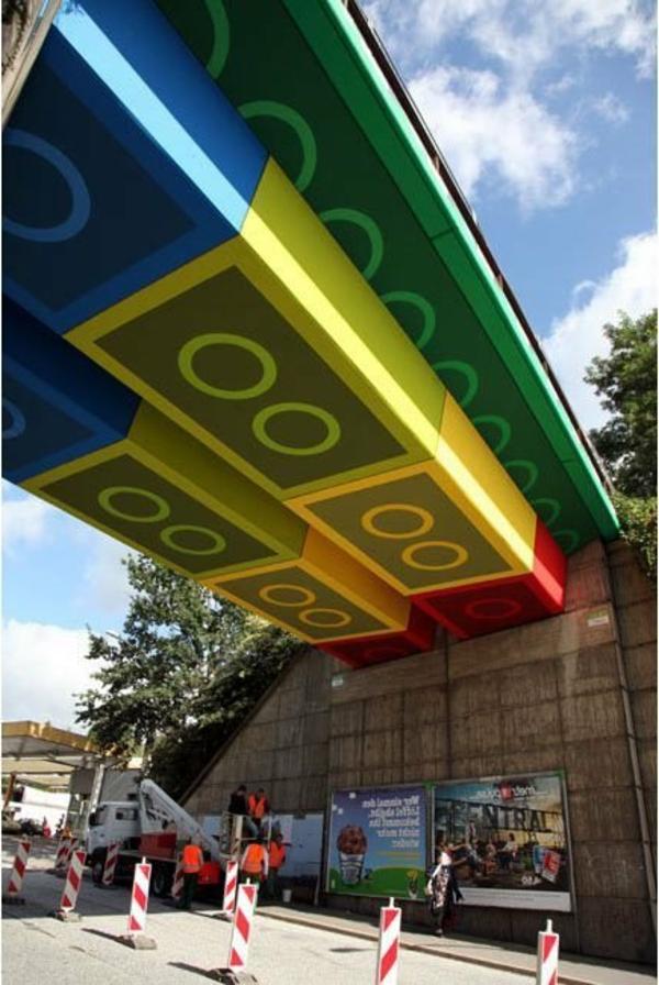 fluoreszierende-farbe-kreative-Straßenart-fantastische-Brücke