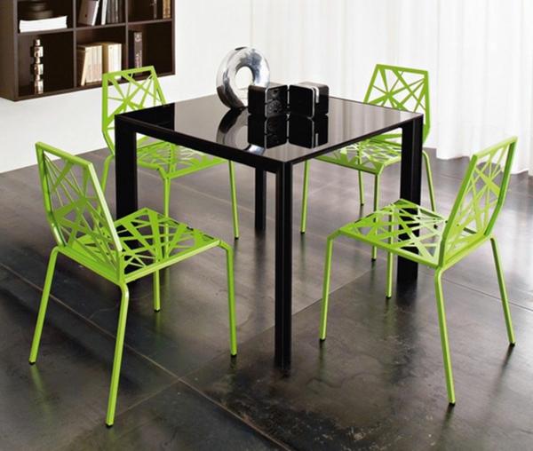 futuristische-grüne-küchenstühle um einen quadratischen tisch in schwarzer farbe