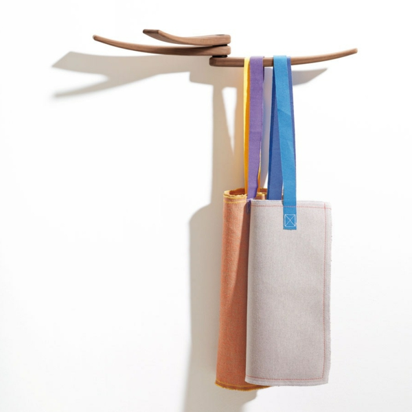 ganz-moderner-Wandhaken-aus-Holz