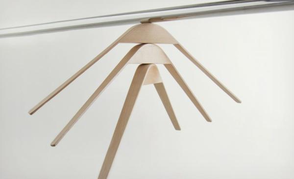 ganz-praktischer-moderner-Holzkleiderbügel-