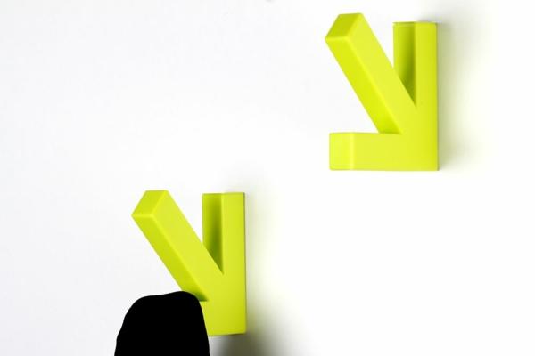 garderobenhaken-in-moderner-neon-farbe-