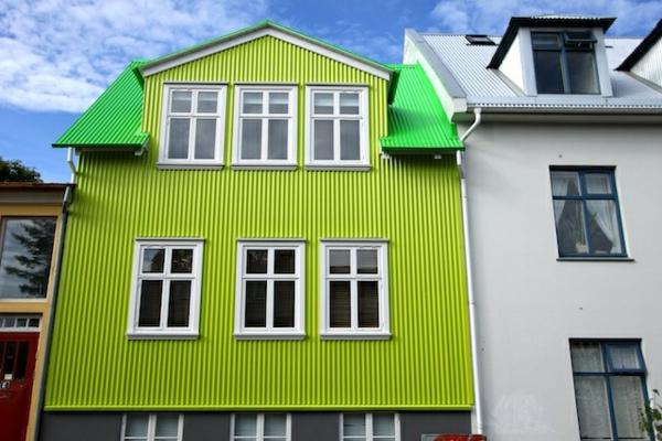 gebäude-mit-einer-originell-gestalteter-fassade-in-fluoreszierender-farbe