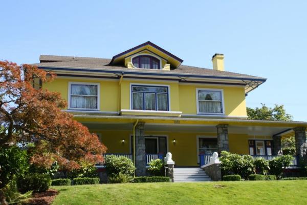 gelbes-haus-auf-drei-etagen und mit einem riedigen hof