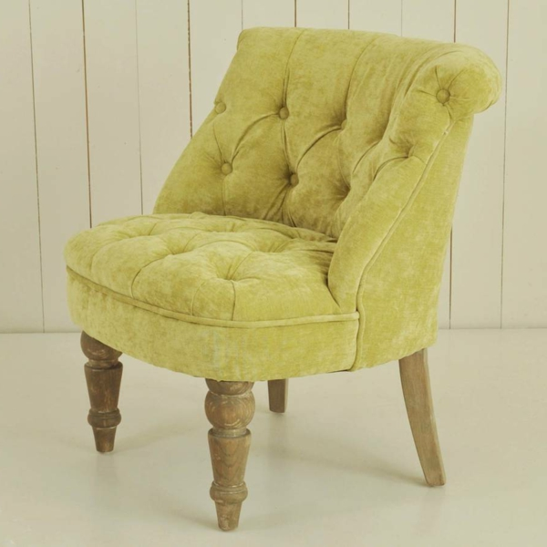 gelbes-modell-vom-sessel-aus-samt-mit-hölzernen-beinen