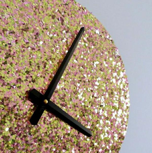 glänzende-Uhr-Kreative-Wandgestaltung-mit-coolem-Wanduhr