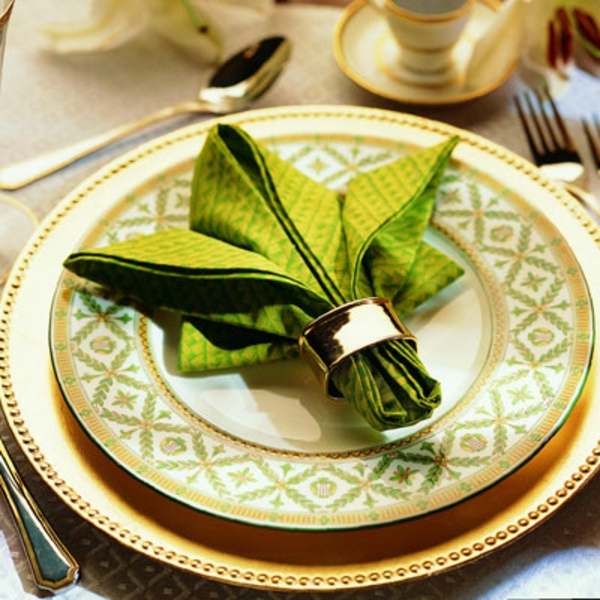 grüne-elegante-und-schicke-servietten-falten-weihnachten-dekoration