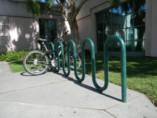 grüner-Fahrrad-Ständer-aus-Metall