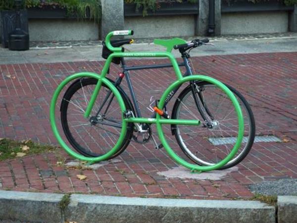 grüner-Fahrrad-Ständer-wie-ein-Fahrrad- Fahrradständer-in-Grün