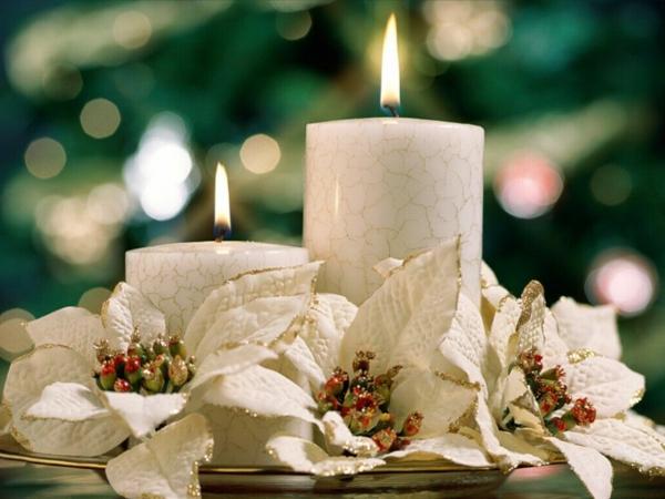 weiße weihnachtsdeko - zwei kerzen mit verschiedener größe