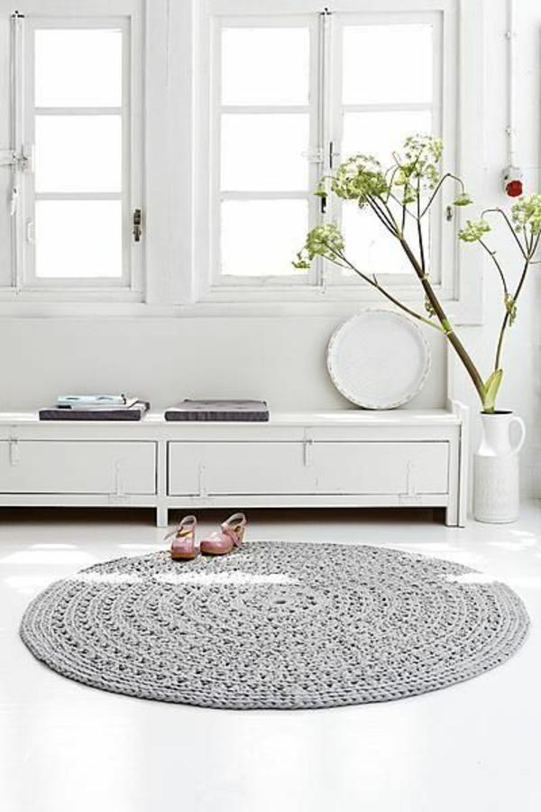grauerrunder-teppich-im-wunderschönen-wohnzimmer-mit-einem-weißen-sofa