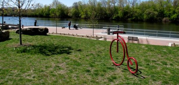 roter Fahrradständer in Form eines Fahrrads