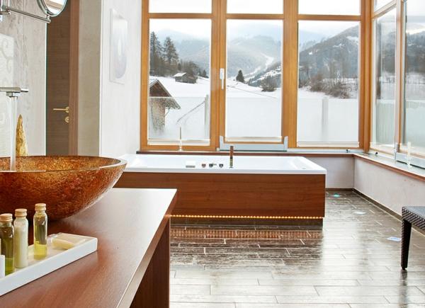 große-fenster-im-badezimmer-mit-einer-coolen-badewanne-mit-schürze