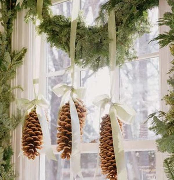 hängende-zapfen-fensterdeko-zu-weihnachten