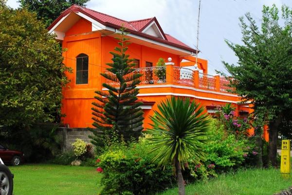 hausfassade-farbe-gemütliches-haus-in-orange