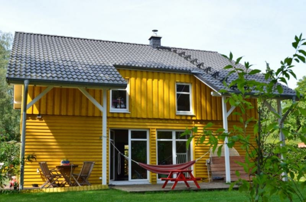 hausfassade-farbe-kleines-gelbes-haus