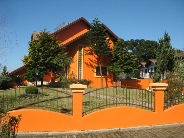 hausfassade-farbe-orange-haus