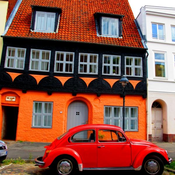 hausfassade-farbe-orange-schwarz-und-braun