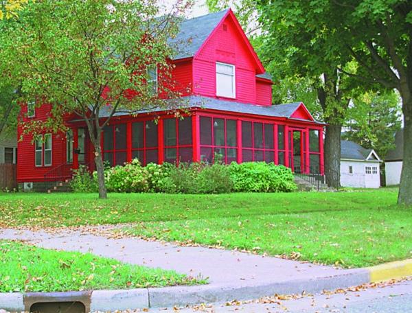 hausfassade-farbe-rote-ausstattung