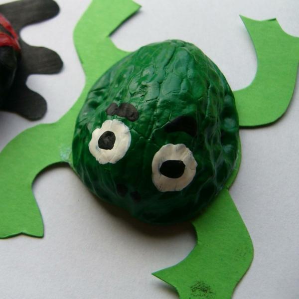 bastelideen für kindergarten - grüner frosch - mit weißen augen