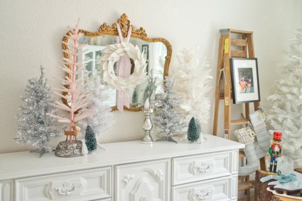 weiße weihnachtsdeko - schäner spiegel mit goldenem rahmen