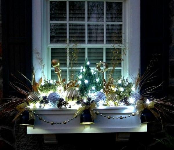 interessant-beleuchtete-fensterdeko-zu-weihnachten