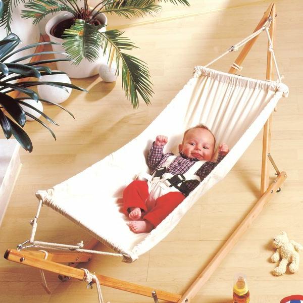 interessante-baby-hängematte-mit-einem-baby-drin