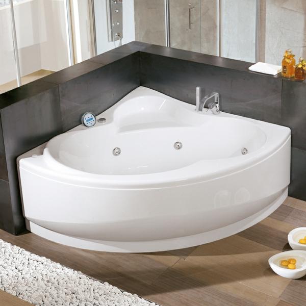 interessante-eckbadewanne-in-weißer-farbe-sehr-schön