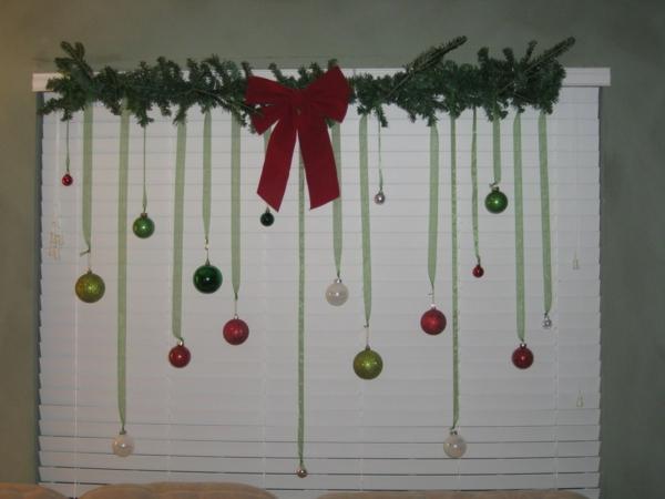 interessante-fensterdeko-zu-weihnachten-aus-kugeln
