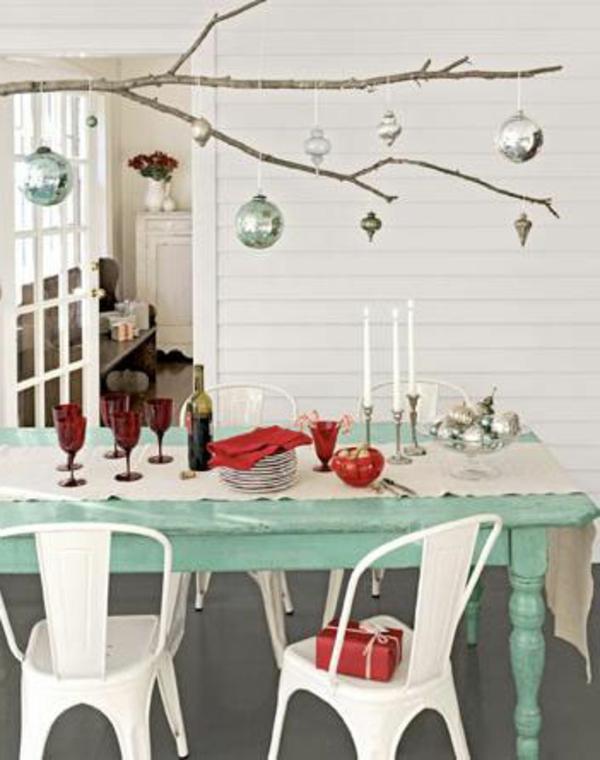interessante-küchenstühle-in-weißer-farbe - draußen gestellt