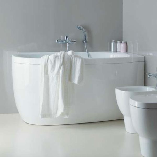 interessante-kreativ-gestaltete-badewanne-mit-schürze