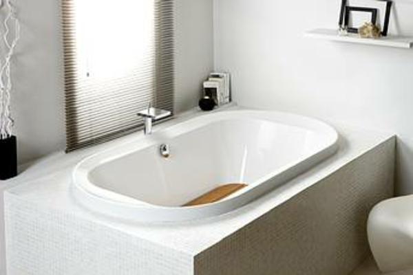 interessante-weiße-badewanne-neben-dem-fenster