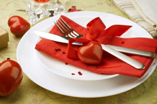 interessante-wirkende-servietten-falten: weihnachten -dekoration