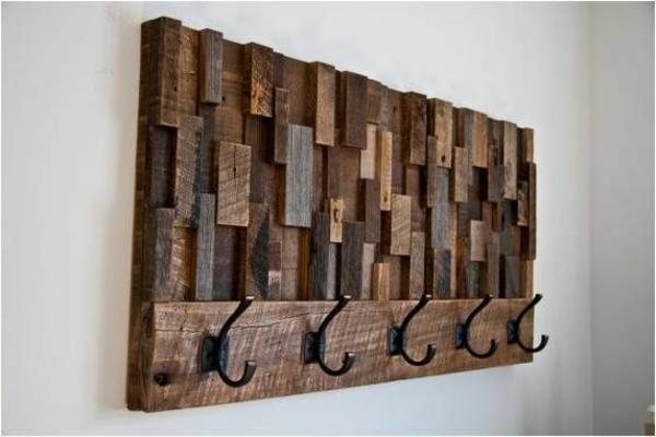 interessanter-Wandhaken-aus-Holz-in-dunkler-Nuance