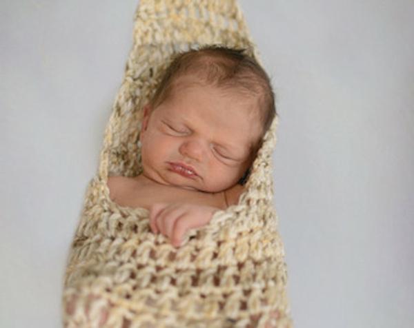 interessantes-foto-von-einem-baby-in-einer-baby-hängematte