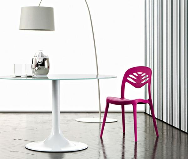 küchenstühle-in-pink-cooles-modell - neben einem weißen tisch und einer lampe