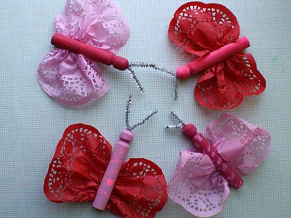 bastelideen für kindergarten - schmetterlinge in pink und rot - foto von oben gemacht