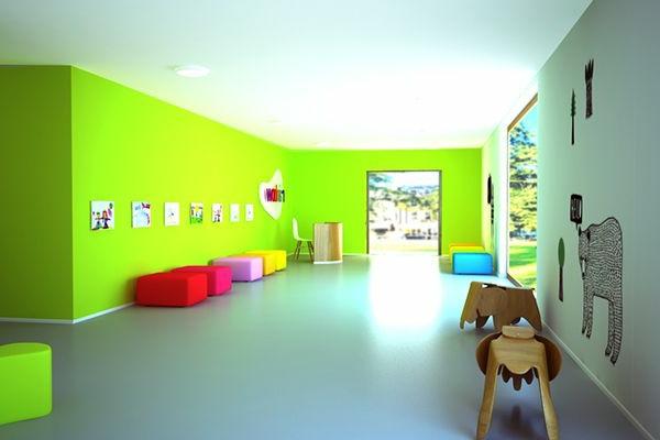 Grune Farbe Im Buro : grüne wand im modernen kindergarten  mit hockern in verschiedenen