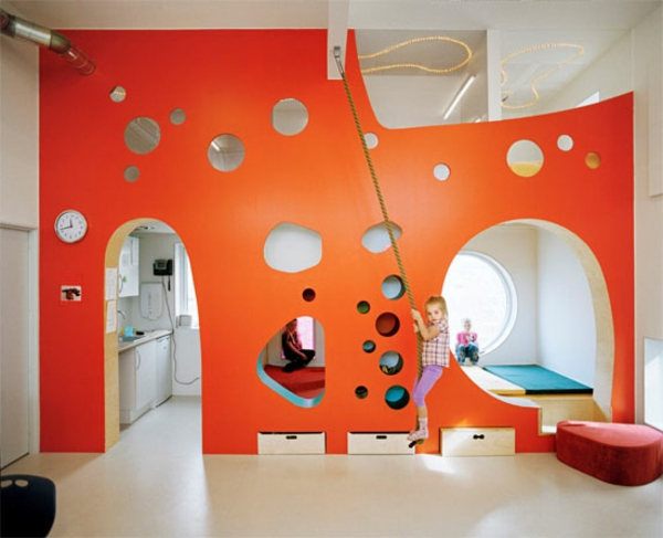 kindergarten-interieur-orange-wand-zum-spielen