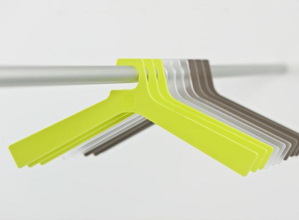 kleider-bügel.aus-stoff-in-neon-farbe