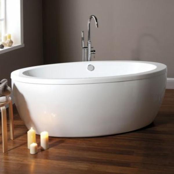 kleine-badewannen-freistehend-bad-mit-grauen-wänden