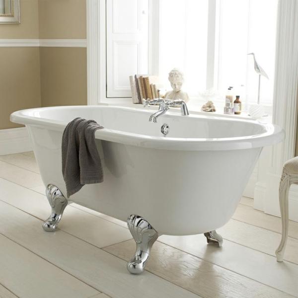 kleine-badewannen-freistehend-ein-graues-tuch-darauf