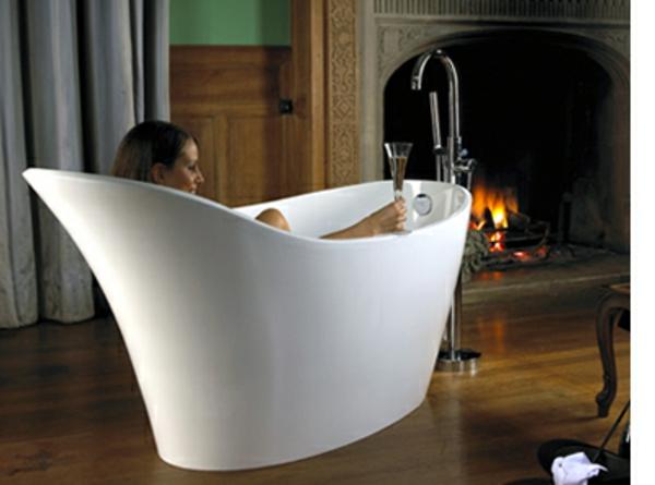 kleine-badewannen-freistehend-eine-sexy-frau-drin
