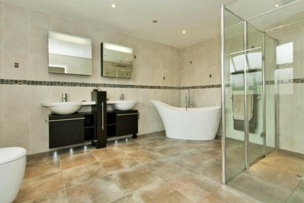 kleine-badewannen-freistehend-im-super-großen-badezimmer