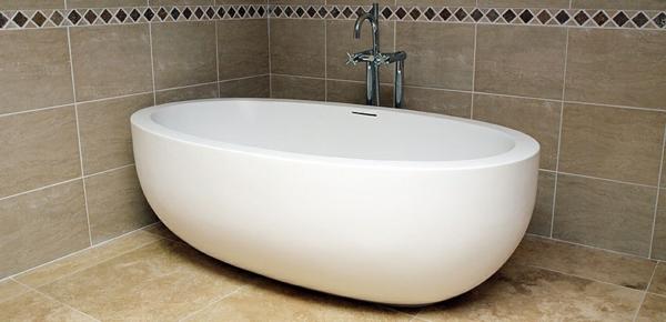 kleine-badewannen-freistehend-in-der-ecke-des-badezimmers