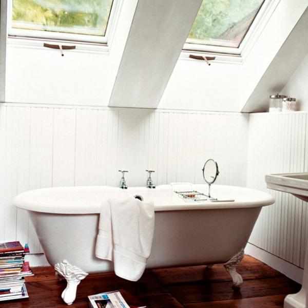 kleine-badewannen-freistehend-in-einer-schönen-dachwohnung