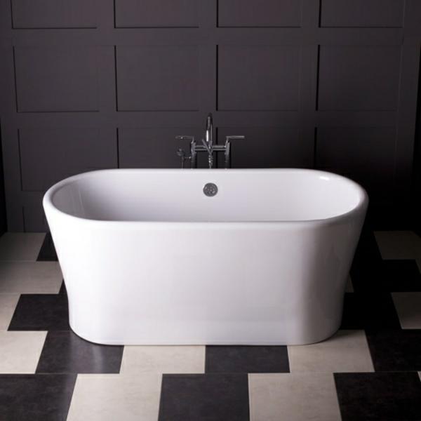 kleine-badewannen-freistehend-interessanter-boden-in-weiß-und-schwarz