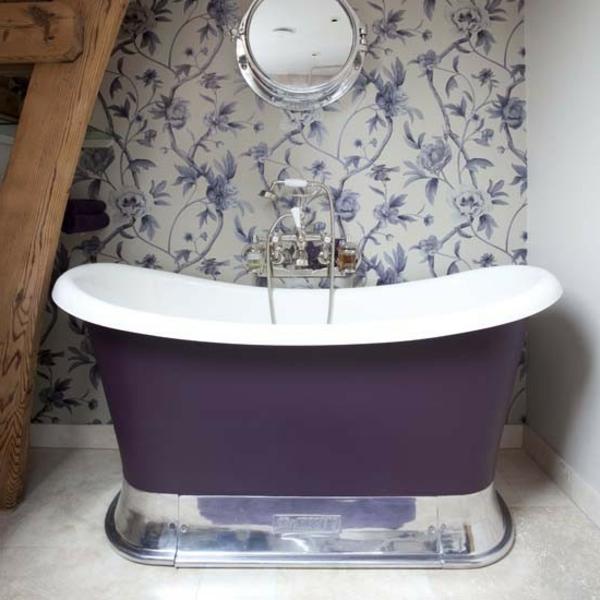 kleine-badewannen-freistehend-lila-farbe-und-coole-badezimmer-tapeten